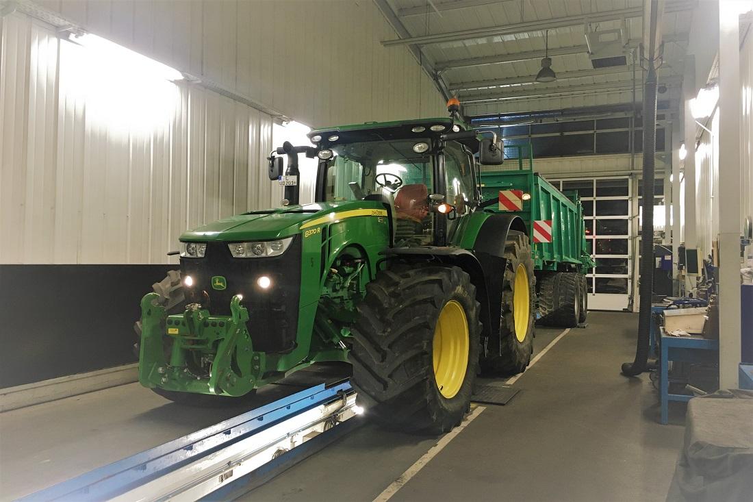 Fahrwerk Bremsanlagen Check am Traktor mit Anhänger